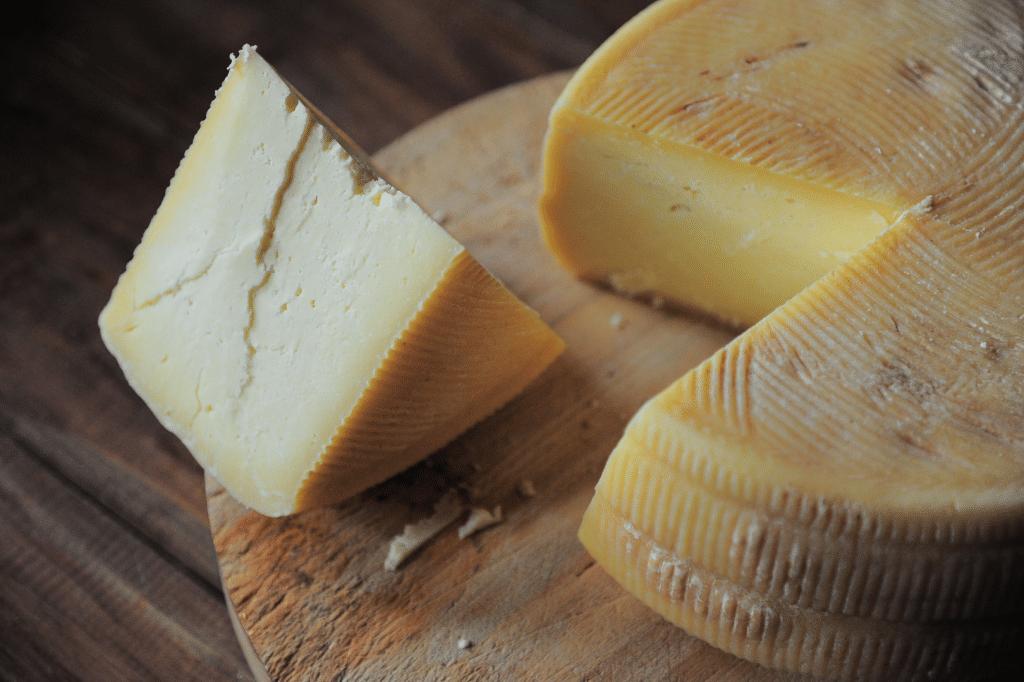 inspección de calidad en cuña de queso envasado